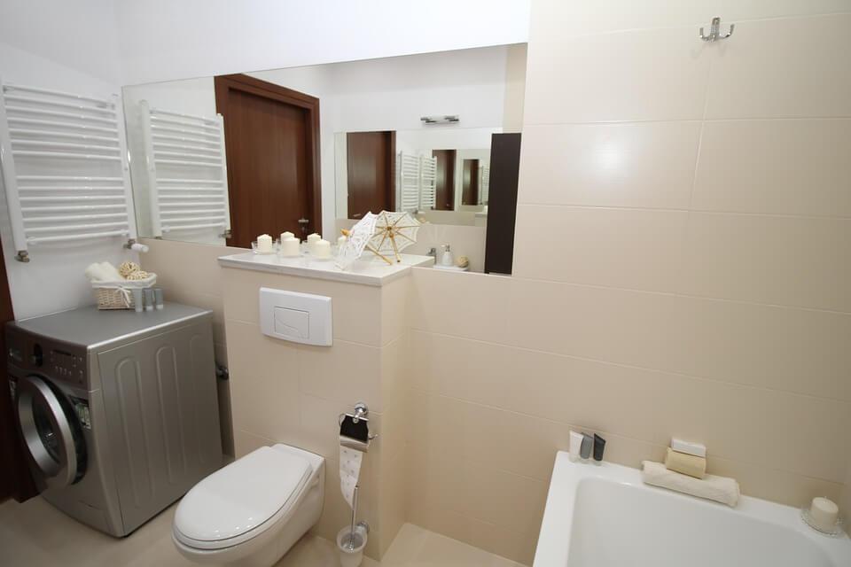 biała glazura w łazience