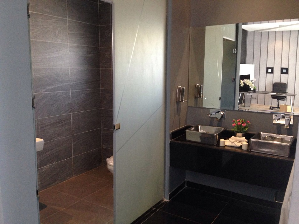 nowoczesna przezroczysta półka łazienkowa
